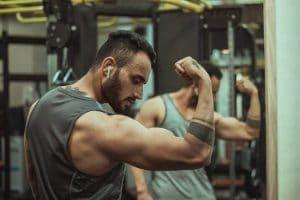 Aangespannen arm spieren