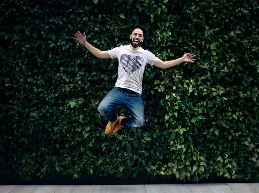 man springt in de lucht